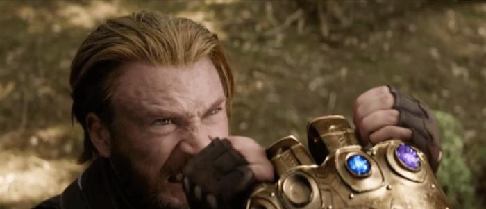 Капитан Америка держит руку Таноса